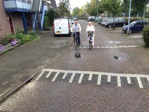 Fractieleden Kees en Daniëlle al fietsend onderweg naar de Zeelt