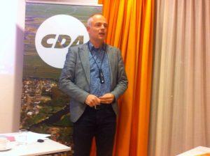 Klaas Molenaar stelt zich voor aan de aanwezige leden.