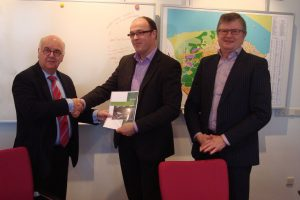 Officiële overhandiging door CDA Huizen aan burgemeester Hertog.