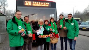 CDA Noord Holland deelt appeltjes uit bij de bushaltes van de buslijn 320.