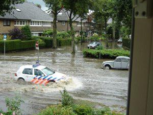 Wateroverlast op de Driftweg in Huizen