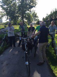 Aanwezige CDA'ers krijgen uitleg tijdens de fietstocht.